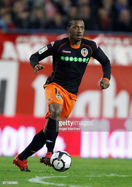 Manuel Fernandes of Valencia in action during the La Liga match between Atletico Madrid and Valencia at Vicente Calderon Stadium on February 28 2010...
