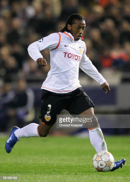 Manuel Fernandes of Valencia runs with the ball during the UEFA Champions League Group B match between Valencia and Schalke 04 at the Mestalla...