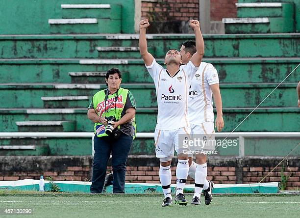 Manuel Gonzalez player of Llaneros celebrates a scored goal Daniel Buitrago during a match between America de Cali and Llaneros FC as part of Torneo...