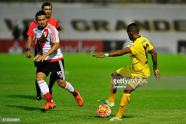Manuel Granados of Trujillanos struggles for the ball with Leonardo Pisculichi of River Plate during a group stage match between Trujillanos and...