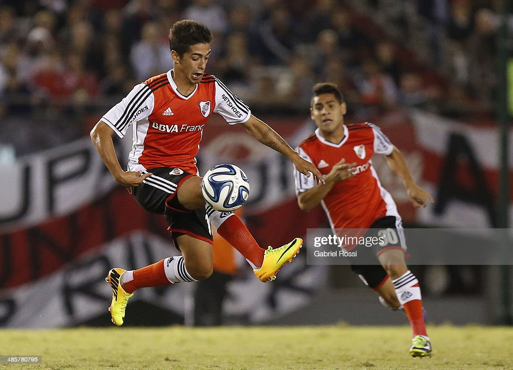 Manuel Lanzini of River Plate controls the ball during a match between River Plate and Velez Sarsfield as part of 15th round of Torneo Final 2014 at Monumental Antonio Vespucio Liberti Stadium on April 12, 2014 in Buenos Aires, Argentina.