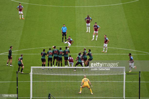 Manuel Lanzini of West Ham United shoots from a free kick during the Premier League match between West Ham United and Aston Villa at London Stadium...
