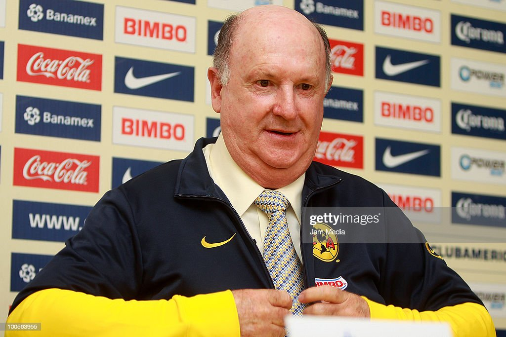 Manuel Lapuente is presented as Aguilas del America's new coach during a press conference at Coapa on May 25, 2010 in Mexico City, Mexico.