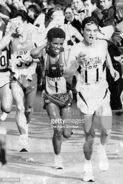 Manuel Matias of Portugal leads the pack during the 24th Fukuoka International Marathon on December 3 1989 in Fukuoka Japan