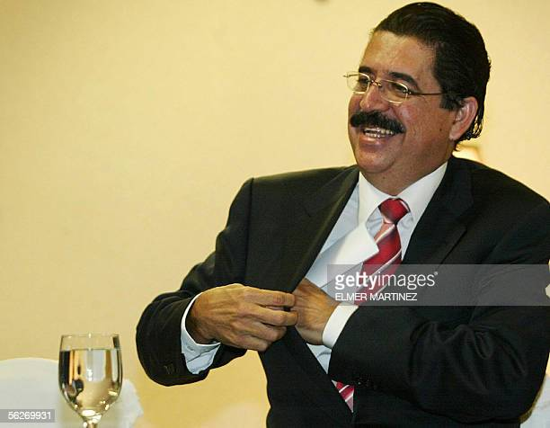 Manuel Mel Zelaya candidato presidencial del opositor Partido Liberal para las elecciones del proximo domingo gesticula durante una conferencia de...