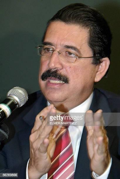 Manuel Mel Zelaya candidato presidencial para las elecciones del proximo domingo del opositor Partido Liberal responde preguntas a la prensa en...