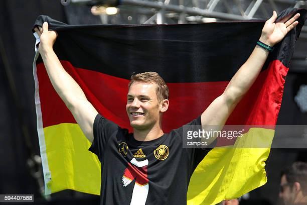 Manuel Neuer Deutschland mit deutschland Fahne Rückkehr der Deutschen Fussball Nationalmannschaft nach dem Titelgewinn Weltmeister nach Deutschland...