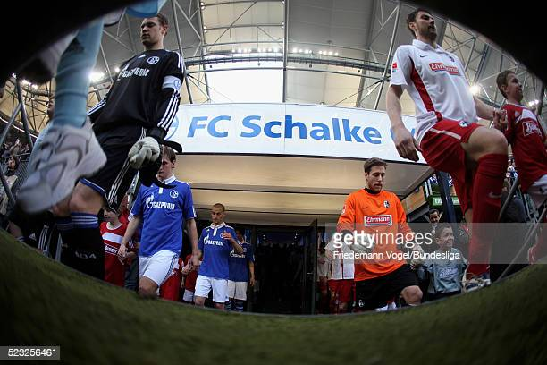 Manuel Neuer von Schalke beim einlaufen mit Heiko Butscher von Freiburg waehrend des Bundesligaspiels zwischen FC Schalke 04 und SC Freiburg in der...
