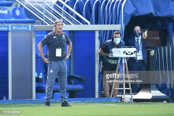 Manuel Pellegrini Head Coach of Real Betis looks on during the La Liga match between Alaves and Real Betis at Estadio de Mendizorroza on September 13...