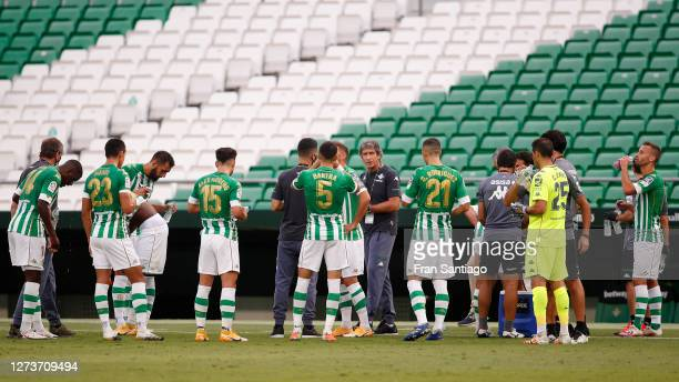 Manuel Pellegrini Head Coach of Real Betis speaks to his players during the La Liga Santander match between Real Betis and Real Valladolid CF at...