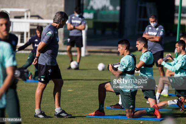 Manuel Pellegrini head coach talks to Cristian Tello during a Real Betis Balompie training session at Luis del Sol Sport City on October 07 2020 in...