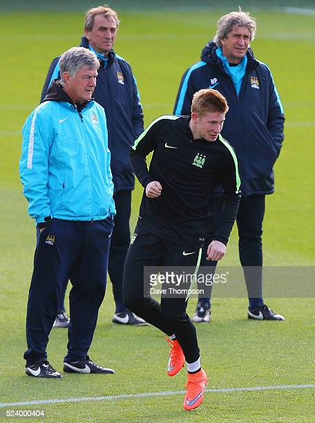 Manuel Pellegrini manager of Manchester City assistants Ruben Cousillas and Brian Kidd look on as Kevin de Bruyne performs a drill during a...