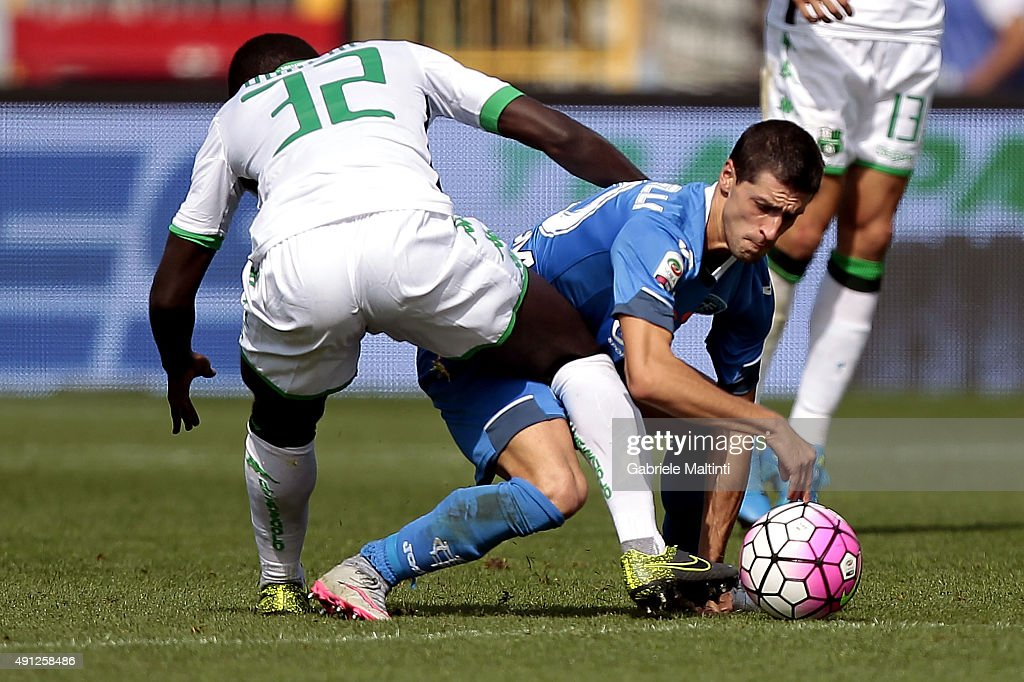 Manuel Pucciarelli of Empoli FC battles for the ball with Alfred Duncan of US Sassuolo Calcio during the Serie A match between Empoli FC and US Sassuolo Calcio at Stadio Carlo Castellani on October 4, 2015 in Empoli, Italy.