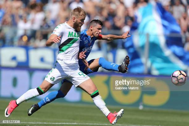 Manuel Pucciarelli of Empoli FC battles for the ball with Timo Letschert of US Sassuolo during the Serie A match between Empoli FC and US Sassuolo at...