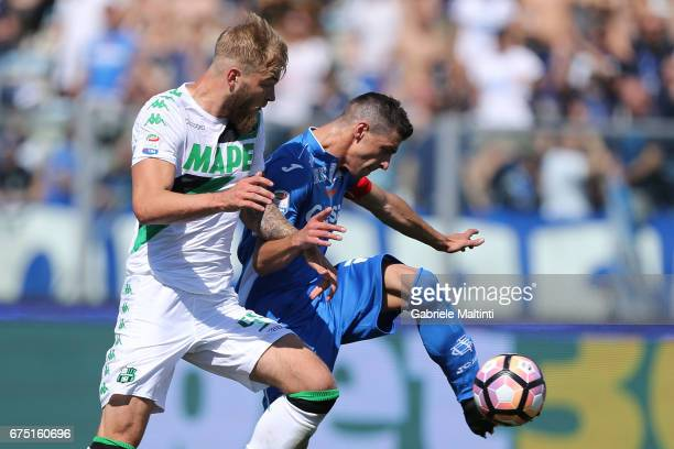 Manuel Pucciarelli of Empoli FC in action agaist Timo Letschert of US Sassuolo during the Serie A match between Empoli FC and US Sassuolo at Stadio...