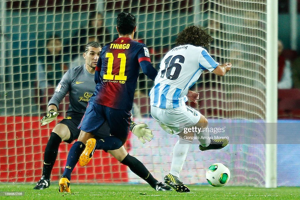 Manuel Ronaldo Iturra of Malaga CF scores his first goal across goalkeeper Jose Manuel Pinto (L) during the Copa del Rey Quarter Final match between Barcelona FC and Malaga CF at Camp Nou on January 16, 2013 in Barcelona, Spain.