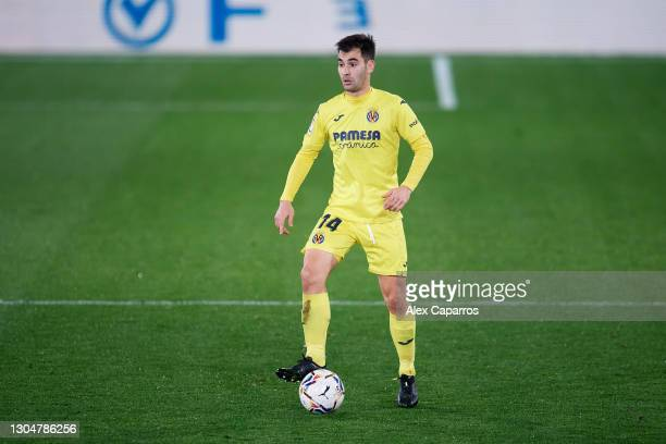Manuel Trigueros of Villarreal CF controls the ball during the La Liga Santander match between Villarreal CF and Atletico de Madrid at Estadio de la...