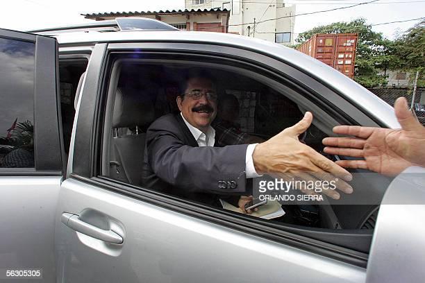 Manuel Zelaya Rosales candidato presidencial del Partido Liberal saluda a correligionarios en Tegucigalpa el 30 de noviembre de 2005 Zelaya mantiene...