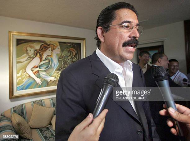 Manuel Zelaya Rosales candidato presidencial del Partido Liberal responde preguntas de la prensa en Tegucigalpa el 30 de noviembre de 2005 Rosales...