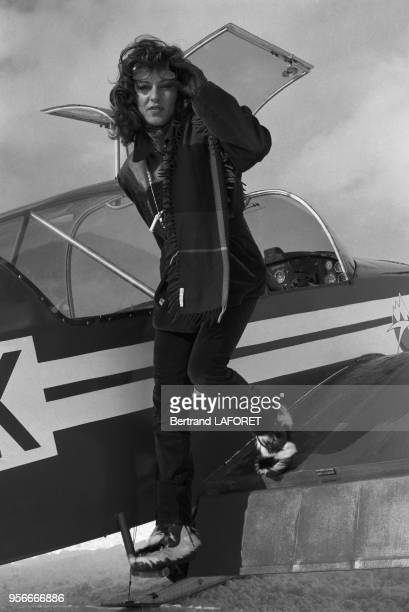 Manuella Papatakis fille de Anouk Aimée apprend à piloter sur la neige à Méribel en mars 1977 France