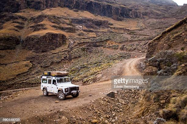 manuevering the sani pass - bergpass stockfoto's en -beelden