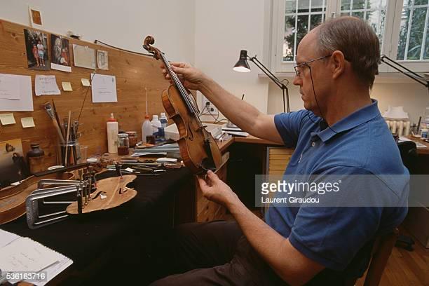 manufacture of violins in cremona - cremona foto e immagini stock