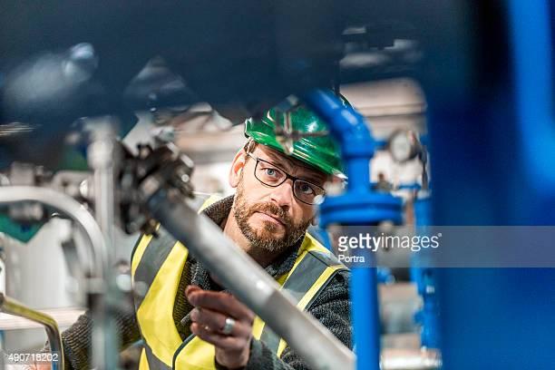 Fabricación en máquinas de fábrica trabajador de análisis