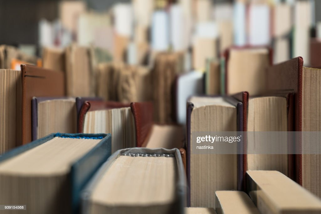Many books in a bookstore or library : Foto de stock
