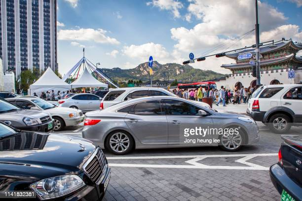 many cars in front of gyeongbok palace - jong heung lee stock pictures, royalty-free photos & images