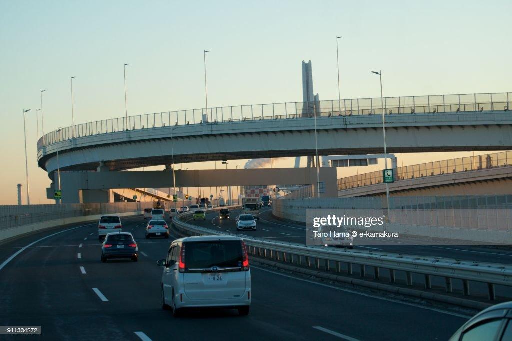 Many cars running on Yokohama Bay Bridge in Yokohama city in Kanagawa prefecture in Japan in the morning : Foto de stock