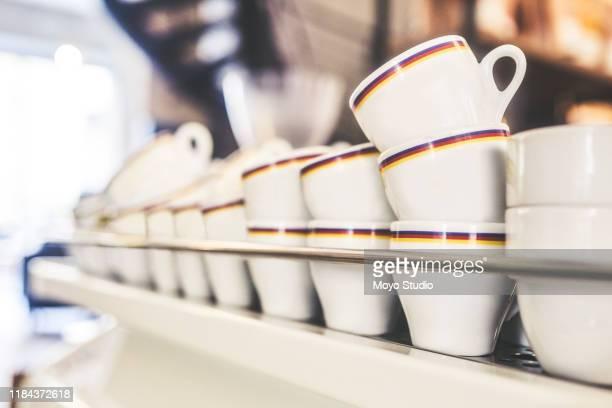 muitas xícaras de café são vendidas em um dia - utensílio de cozinha equipamento doméstico - fotografias e filmes do acervo