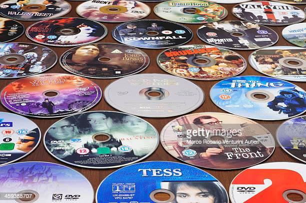 多くの DVD をテーブルの背景