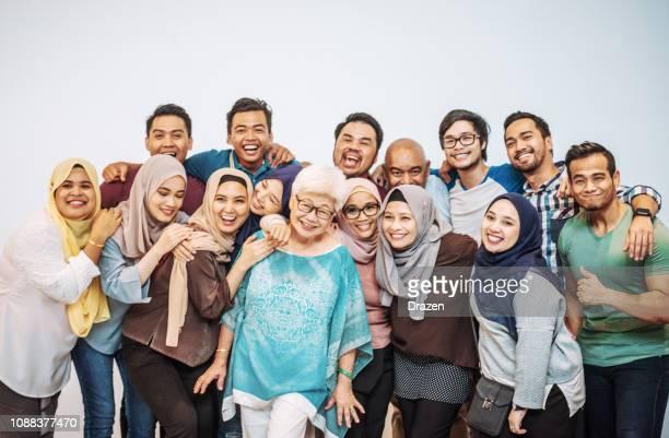 多くの多民族の人々 楽しんで - 年齢の多様な多民族の人々 は対照的します。 - マレーシア ストックフォトと画像