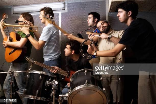 beaucoup de gens en jouant des instruments de musique - groupe moyen d'objets photos et images de collection