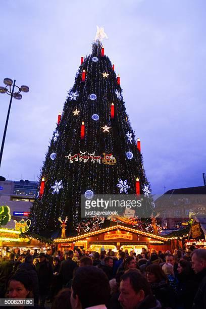 muchas personas frente de un gran árbol de navidad-en dortmund - dortmund ciudad fotografías e imágenes de stock