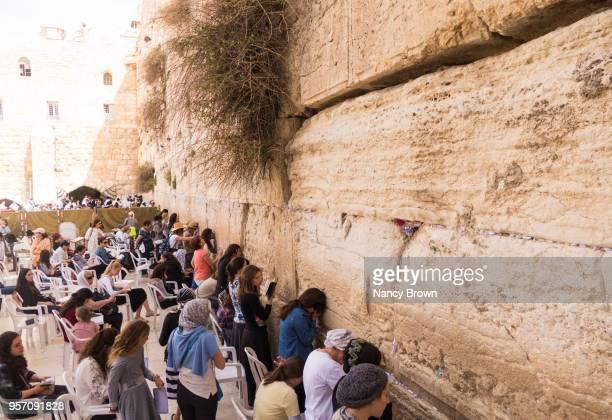 many women worshipping at the wailing wall. - muro de las lamentaciones fotografías e imágenes de stock
