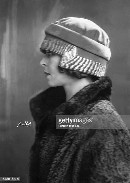 Manya Tzacheva *ca 1893 ca 1966 Actress Bulgaria Portrait in profile with cap photographer Suse Byk