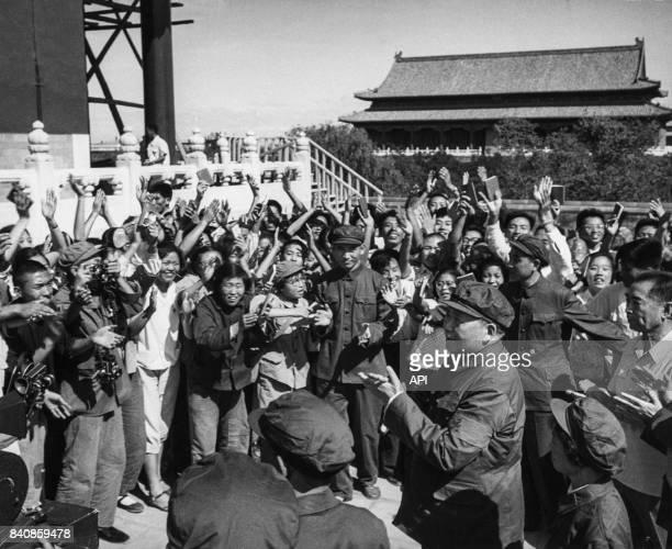 Mao acclamé par des Gardes rouges en liesse sur la place Tian'anmen le 29 août 1966 à Pékin Chine