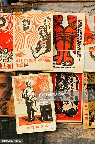 mao propaganda posters at street market stall, close-up - mao tsé toung stockfoto's en -beelden