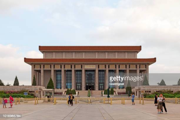 mao tse-tung mausoleum in beijing - gwengoat stock pictures, royalty-free photos & images