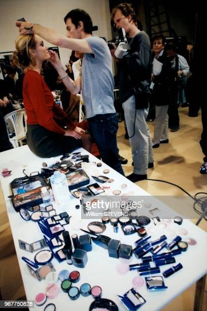 Maquillage des mannequins en coulisse du défilé Dior en octobre 1997 Paris France
