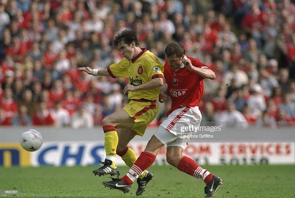 Neil Redfearn of Barnsley challenges Oyvind Leonhardsen of Liverpool : Nachrichtenfoto