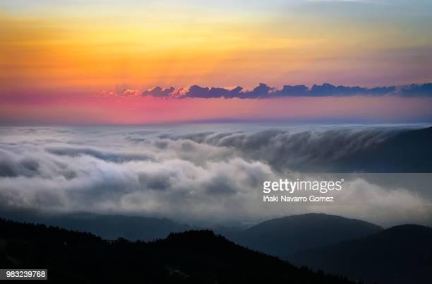 mar de nubes. - iñaki mt stock photos and pictures