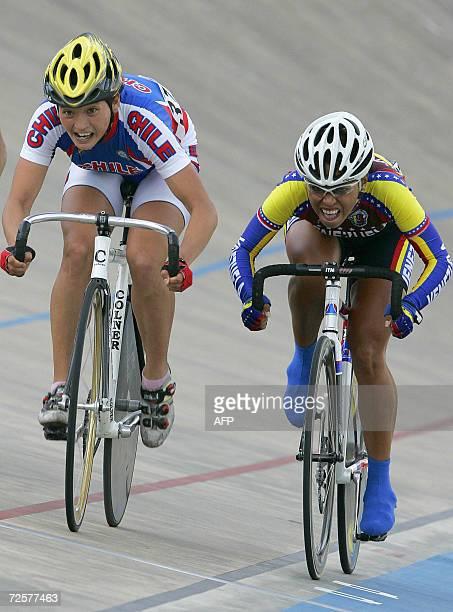 La chilena Paola Munoz le gana en el sprint final a la venezolana Danielys Garcia durante la competencia de ciclismo por puntos mujeres en los VIII...