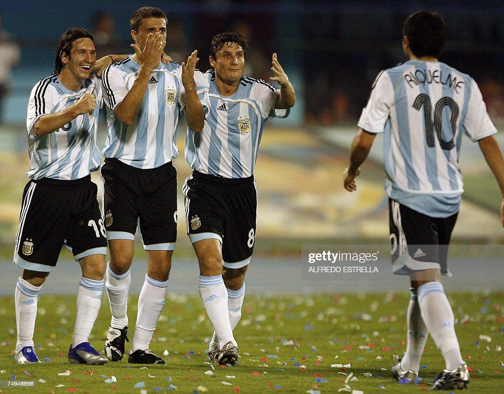 (L to R) Argentine midfielder Lionel Mes... : News Photo