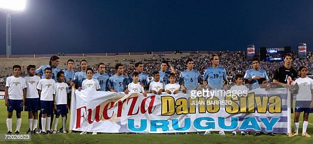 El seleccionado de Uruguay muestra un cartel alusivo a Dario Silva jugador de larga trayectoria en la seleccion de su pais antes de un partido...