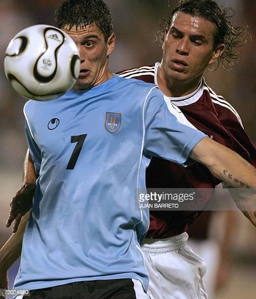 Nicolas Vigneri de Uruguay es marcado por Jorge Rojas de Venezuela en partido amistoso en Maracaibo 500 km de Caracas el 27 de setiembre de 2006 AFP...