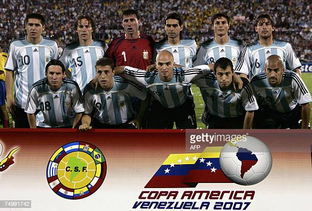 The Argentine national football team poses before the Copa America match against Colombia at the Pachencho Romero stadium in Maracaibo Venezuela 02...