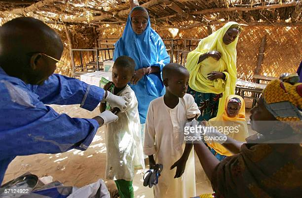 Children are vacinated against meningitis 17 March 2006 in Tchadoua near Maradi in South west Niger Doctors without boarders the Red Cross and the...