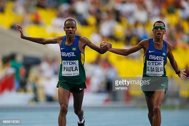 Marathon Männer kommen Hand in Hand ins Ziel Paulo Roberto Paula und Sollnei Da Silva BRA im Stadion Leichtathletik WM Weltmeisterschaft Moskau 2013...